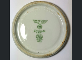 The bottom of the Third Reich dishes / from Konigsberg