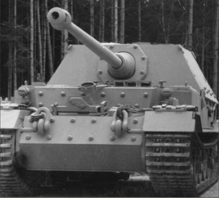 One of the first self-propelled guns on the chassis of the failed Tiger was 8.8 cm StuK 43 Sfl L / 7